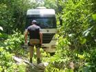 Caminhão furtado em posto de combustível é achado dentro de mata