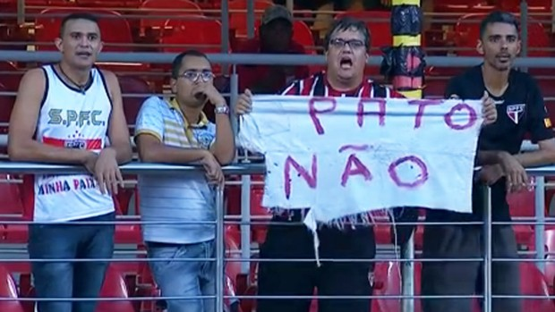 FRAME Torcedor do São Paulo protesta contra contratação de Pato (Foto: Reprodução)