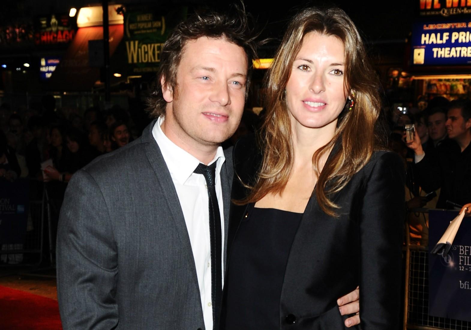 """O chef Jamie Oliver e a esposa, Jools, deram os seguintes nomes aos quatro filhos deles: Buddy Bear (""""amigo urso"""") Maurice; Daisy Boo (""""margarida 'bu'"""") Pamela; Poppy Honey (""""mel de papoula"""") Rosie; e Petal Blossom Rainbow (""""pétala flor arco-íris""""). (Foto: Getty Images)"""