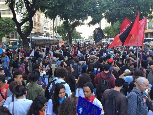 Protesto reuniu profissionais da educação e alunos na Candelária, Centro do Rio (Foto: Cristina Boeckel/G1)