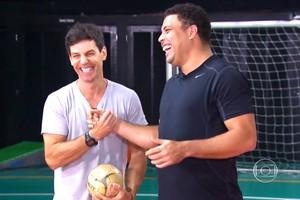 Fenômeno ajuda moradores a treinar antes de partida de futebol (TV Globo)