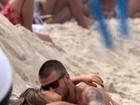 Fernanda Lima e Rodrigo Hilbert vão à praia com filhos e trocam beijos
