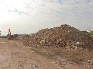 Internauta reclama de despejo de lixo em terreno de Ferraz de Vasconcelos (Foto: Ilza Donizeti/ VC no G1)