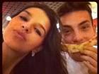 Com Mariana Rios, Di Ferrero finge bigode com pedaço de pizza