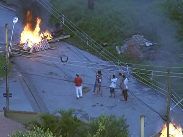Manifestantes colocam fogo durante reintegração de posse em Guarulhos (Foto: Reprodução/TV Globo)