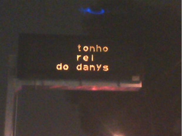 Mensagem flagrada pelo tespespectador em um painel de trânsito de Curitiba (Foto: Leonel Noga / Arquivo pessoal)