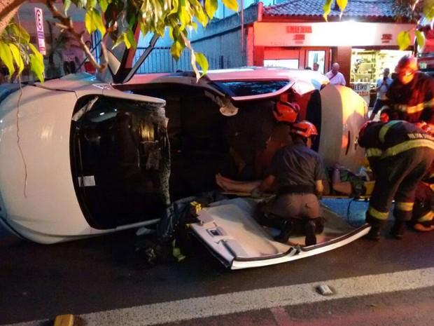 Carro capotou em rua de Pinheiros (Foto: Fábio Tito/G1)