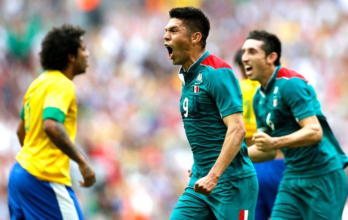 Oribe Peralta comemora segundo gol do México contra o Brasil final (Foto: Reuters)