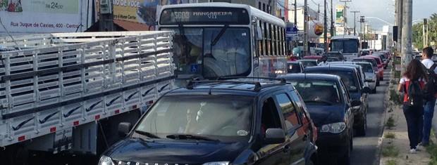 Trânsito ficou congestionado por conta dos trabalhos da perícia (Foto: Walter Paparazzo/G1)