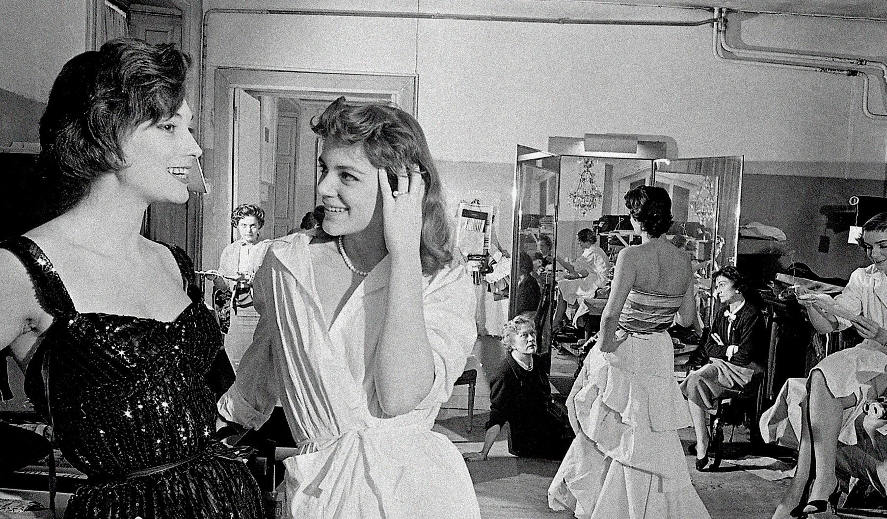 A brasileira Vera Valdez e Marie-Hélène Arnaud no ateliê dentro do apartamento da estilista, em 1954 (Foto: Divulgação)