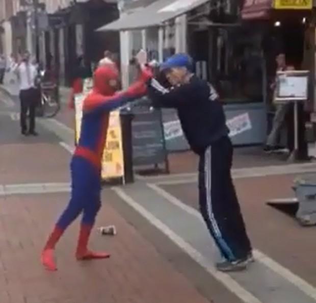 Irlandês vestido de 'Homem-Aranha' se envolveu em briga com pedestre no centro de Dublin (Foto: Reprodução/YouTube/RM V)