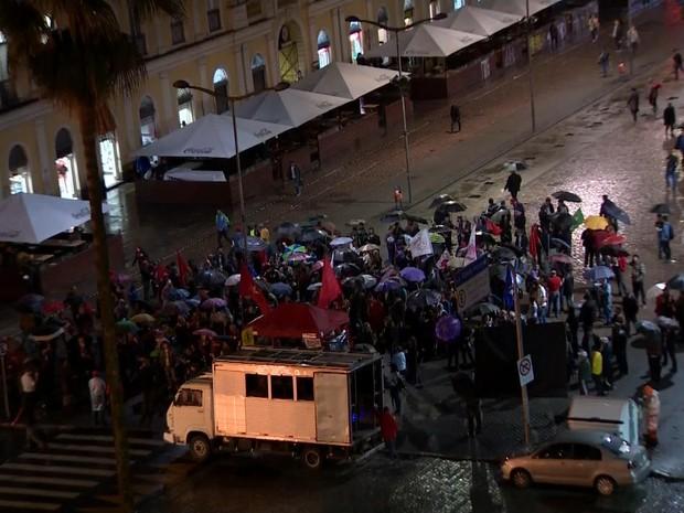 Protesto é realizado no Largo Glênio Peres, em Porto Alegre (Foto: Reprodução/RBS TV)