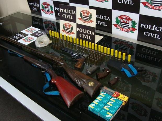 Armas e munições apreendidas pela polícia (Foto: Divulgação/Polícia Civil)