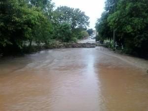 Córrego Querubim aumentou nível da água e ruas ficaram alagadas em Itápolis (Foto: Divulgação/Defesa Civil)