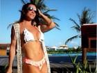 Aos 41 anos, Scheila Carvalho mostra ótima forma de biquíni