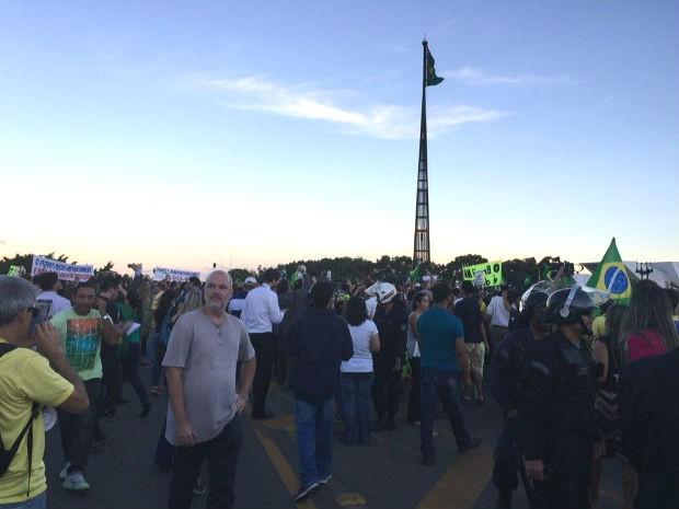 Com o fim de expediente em Brasília, mais pessoas se juntam à manifestação (Foto: Gabriel Luiz/G1)