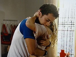 Ben se emociona e abraça Meg no quarto (Foto: Malhação / TV Globo)