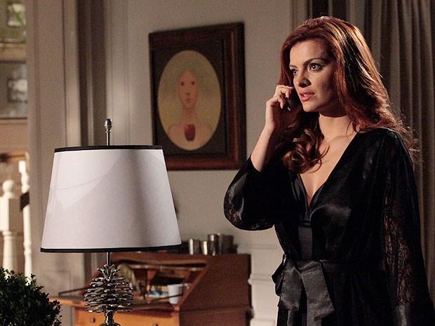 Elisa liga para fazendo para saber se Rodrigo está sozinho (Foto: Amor Eterno Amor/TV Globo)