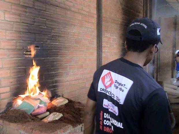 Nesta quarta (26), mais de meia tonelada de drogas foi incinerada em Marituba (Foto: Divulgação/Polícia Civil)