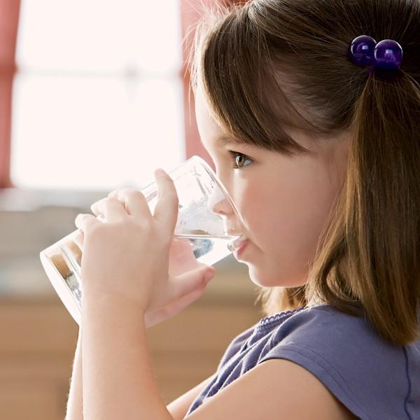menina; água; beber (Foto: Getty Images)