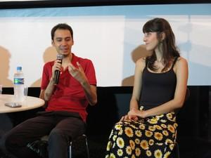 O diretor Daniel Ribeiro e a atriz Tess Amorim (Foto: Célio Silva/G1)
