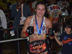 Amanda Ribas posa com o cinturão do 20º Pentagon Combat (Foto: Tiago Campos)
