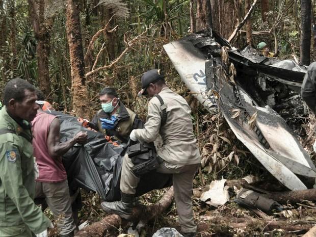 Equipe de resgate remove corpos de vítimas do acidente aéreo com um avião de passageiros da Trigana Air nas Montanhas Bintang, na província de Papua, Indonésia (Foto: Reuters/Basarnas)