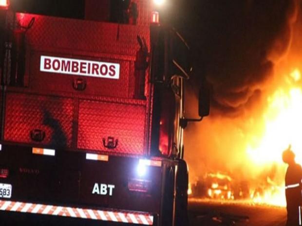 Trecho da BR-101 foi bloqueado pela PRF após explosão de carretas (Foto: Ronildo Brito / Teixeira News)