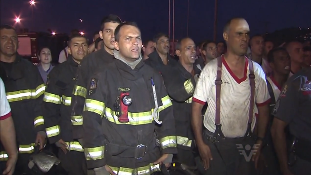 Bombeiros comemoram fim do incêndio da Ultracargo que aconteceu em abril  (Foto: Reprodução/TV Tribuna)