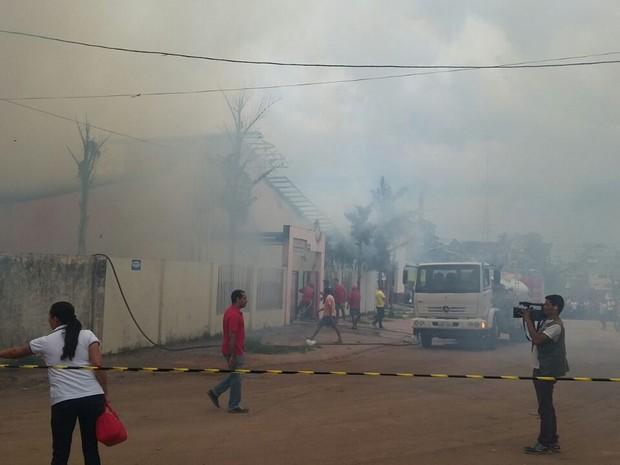 Rua foi isolada após escola pegar fogo em Cruzriro do Sul (Foto: Anny Barbosa/G1)