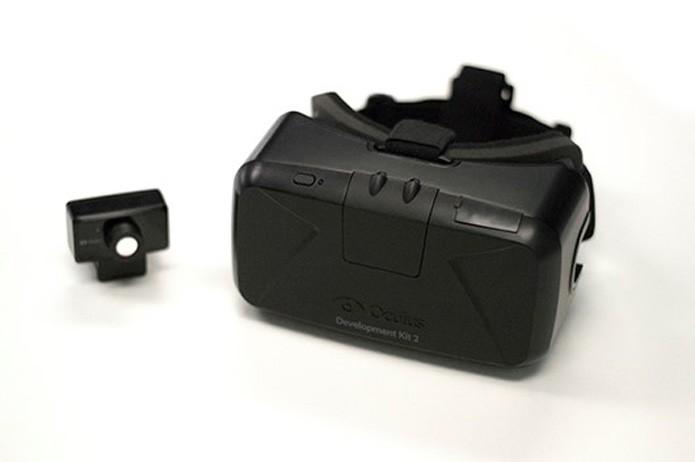 A segunda versão do Rift, que começa a sair em julho, tem monitores interno a 1080p e acompanha uma câmera externa para captação de movimentos laterais (Foto: Divulgação/Oculus VR) (Foto: A segunda versão do Rift, que começa a sair em julho, tem monitores interno a 1080p e acompanha uma câmera externa para captação de movimentos laterais (Foto: Divulgação/Oculus VR))