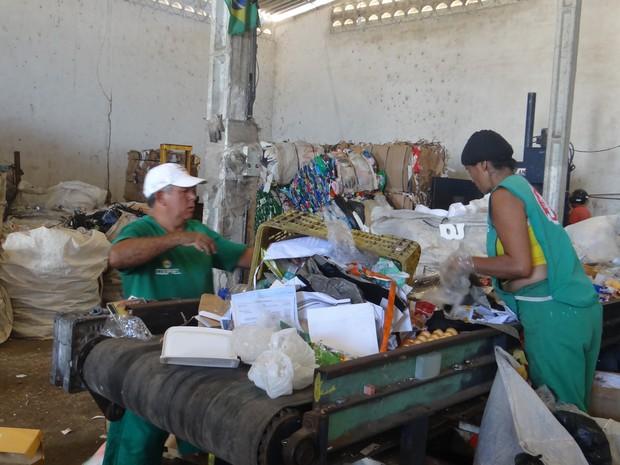 Catadores sem equipamento de proteção. (Foto: Carolina Sanches/G1)