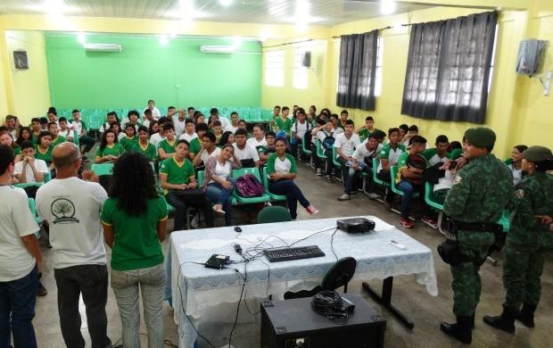 Estudantes participam de gincana ambiental, no projeto Consciência Limpa (Foto: Onofre Martins/Rede Amazônica)