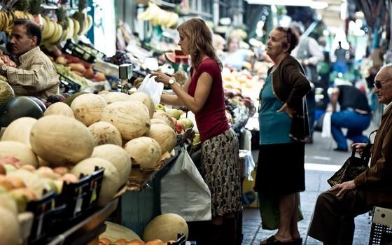Consumidora escolhe frutas numa feira (Foto: Wikimedia Commons - Ondas de Ruído)