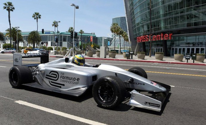 Lucas di Grassi exibe carro da Fórmula E nas ruas de Los Angeles (Foto: Divulgação)