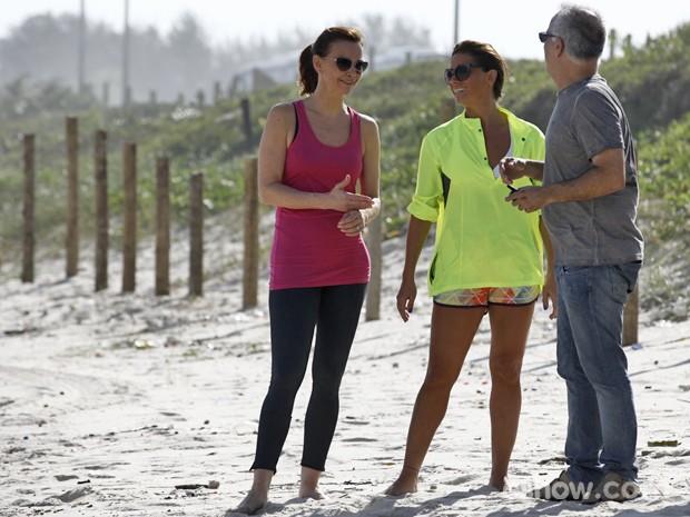 Julia e Giovanna conversam durante as gravações (Foto: Inácio Moraes/ TV Globo)