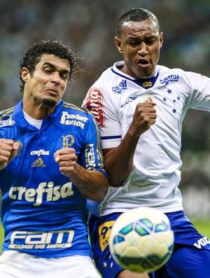 Lateral Fabrício em disputa de bola com Egídio, do Palmeiras