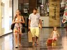 Fofura! Filha de Marcelo Faria carrega presente em shopping