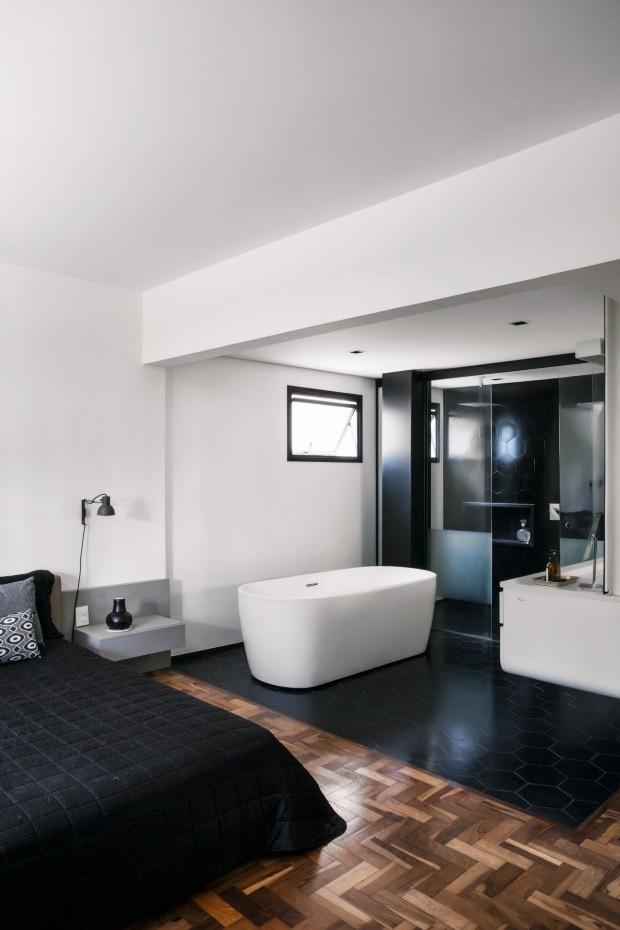 Junto à cama desenhada pelo escritório, fica o banheiro, demarcado pelo piso de ladrilho hidráulico preto da Dalle Piagge – mesmo revestimento aplicado na parede do boxe (Foto: André Klotz / Editora Globo)