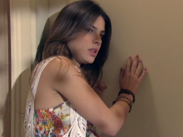 Dissimulada, a megera fica quietinha atrás da porta (Foto: Malhação / Tv Globo)