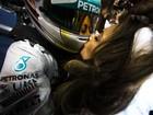 Com beijão, Nicole Scherzinger rouba a cena na F-1 com vestido de R$195