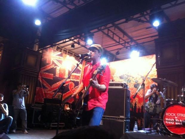 Rodrigo Santos, ex-baixista do Barão Vermelho, se apresenta na Rock Street (Foto: Letícia Mendes/G1)