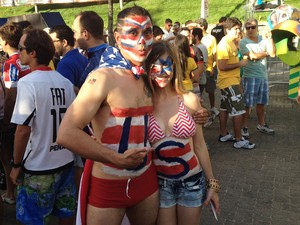 Bem à vontade, casal curte momentos antes da partida na Arena Fonte Nova, em Salvador (Foto: Ruan Melo/G1 BA)