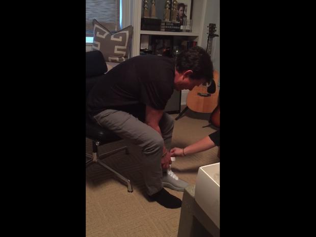 Michael J Fox experimenta tênis da Nike (Foto: Reprodução/Michael J Fox Fountation)