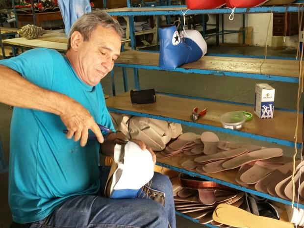 O sapateiro Calimério Antunes Cintra, de 60 anos, em sua fábrica em Franca, SP (Foto: Stella Reis/EPTV)