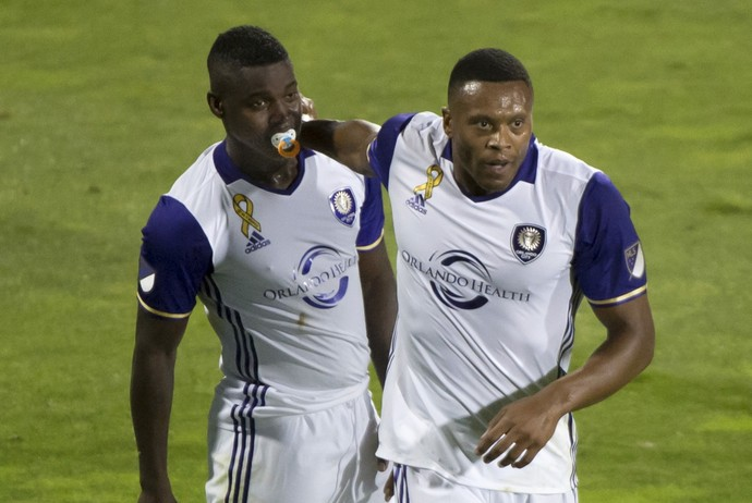 Júlio Baptista e Rivas Murillo, de chupeta, comemoram gol do Orlando City (Foto: Paul Chiasson/The Canadian Press via AP)