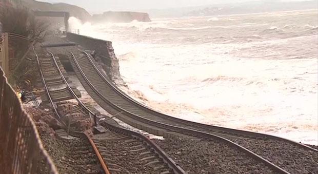 Tempestade deixa ferrovia pendurada no ar na Inglaterra (Foto: BBC)