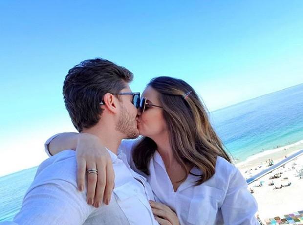 Klebber Toledo e Camila Queiroz no maior clima de romance (Foto: Reprodução / Instagram)