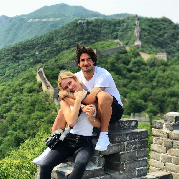 Fiorella Mattheis e Alexandre Pato em clima romântico na Muralha da China (Foto: Reprodução/Instagram)
