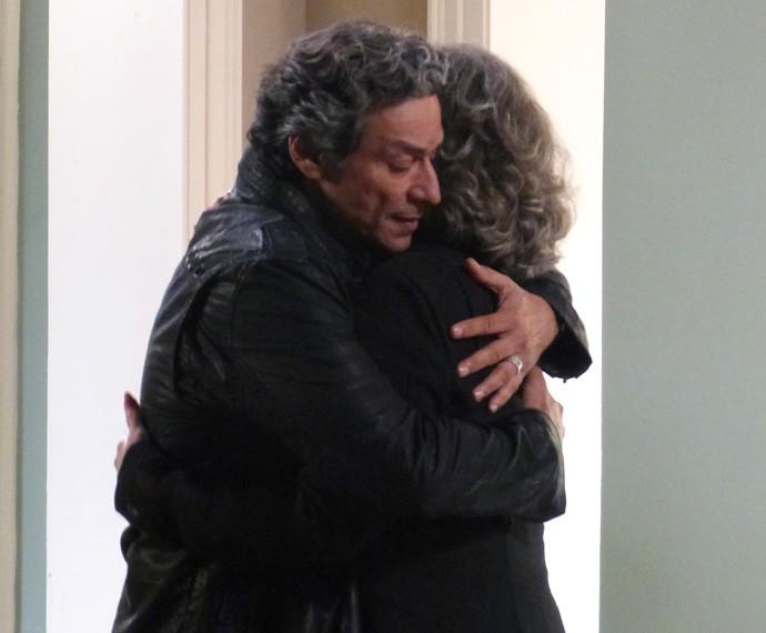 Bento surpreende a madrasta com um abraço carinhoso (Foto: Carolina Rios/Gshow)